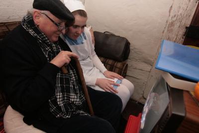 Patient Kälberer mit Krankenschwester. Foto: Stefan Blank.